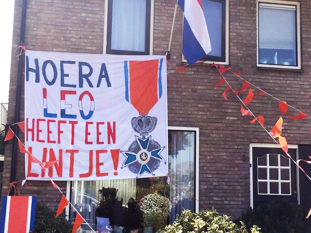 Bij de familie Mulder in Hooglanderveen waren ze blij met het lintje Rinus van Denderen © BDU media