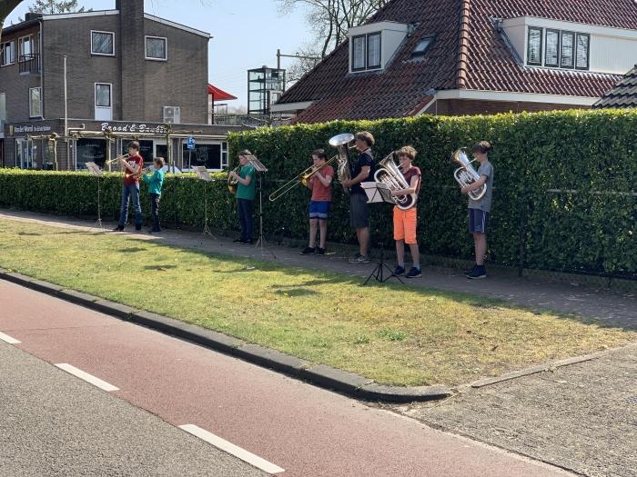 De muzikanten op de foto zijn: vlnr Willem, Wytze, Sam, Jules, Perry Hoogedijk, Ivar en Mees.