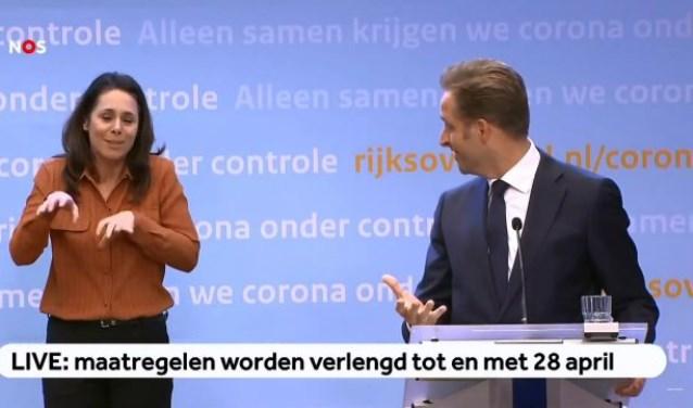 Minister Hugo de Jonge maakt een grapje over het hamstergebaar van gebarentolk Irma van der Sluis Dennis van Roozendaal/Youtube © BDU Media