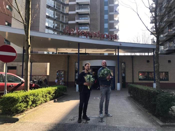 Tulpenbezorger Justin Heijnis en Joost Slagter Faye Heijnis © BDU media