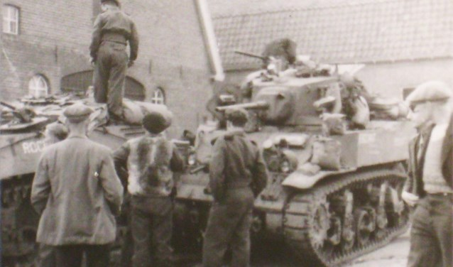Tankstop bij een boerderij. Een Stuart-tank en daarachter een 'Kangeroo'-Sherman zonder koepel voor infanterievervoer. Collectie Evert van de Weerd © BDU Media