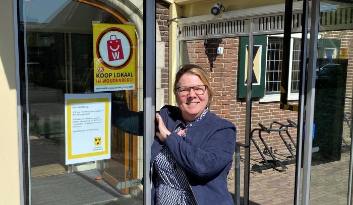 Wethouder Anita Vlam heeft de eerste poster opgehangen in het gemeentehuis