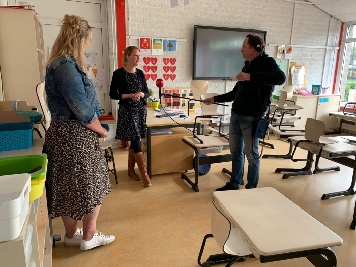 Robert-Jan Booij in gesprek met de leerkrachten Jacomijn van Sandra van De Horn