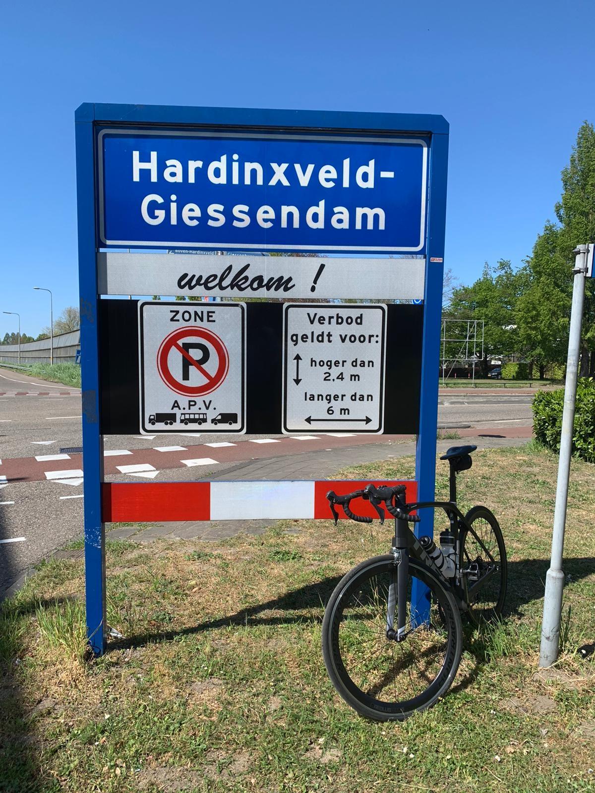 Even een tussenstop bij het bordje Hardinxveld Pier Anne Nawijn © BDU media