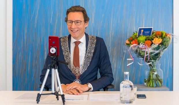 De burgemeester sprak de gecoreerden via videobellen persoonlijk toe. Igor Roelofsen | © Twycer / www.twycer.nl © BDU media