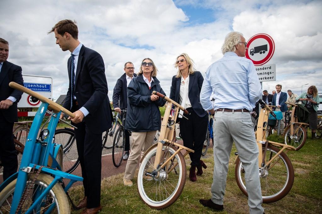 De wethouders Jurgen Nobel en Mariëtte Sedee leidden eerder minister Kajsa Ollongren in Rijsenhout rond.