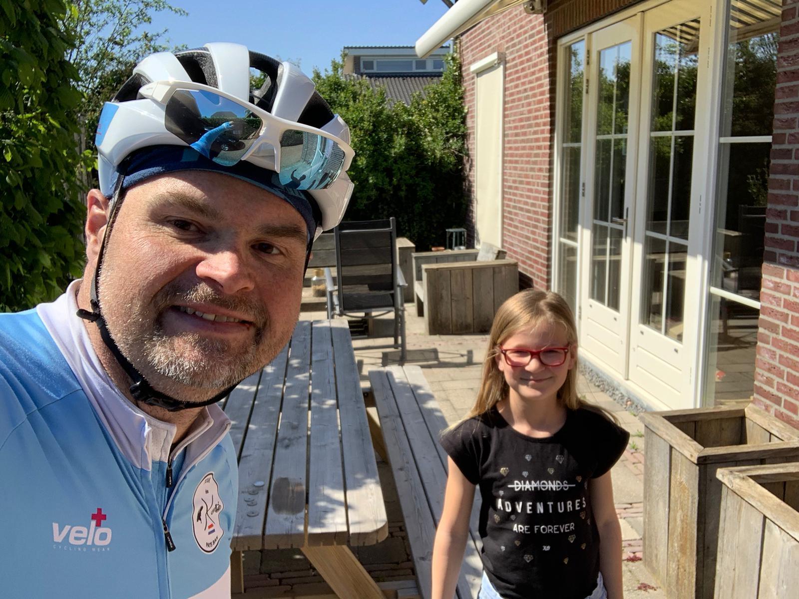 Meester van De Wonderwijzer fietst om leerlingen te zien!! Pier Anne Nawijn © BDU media