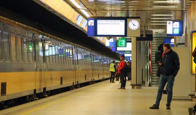Archieffoto van een trein op het station van schiphol.