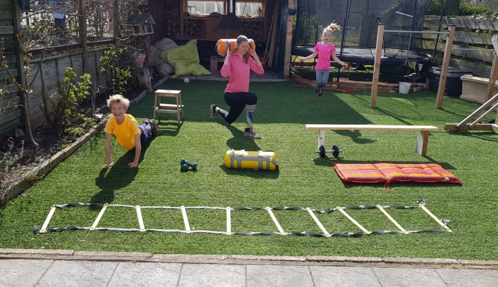 Carlijn Ghijssen-Jans met haar kinderen thuis aan het trainen