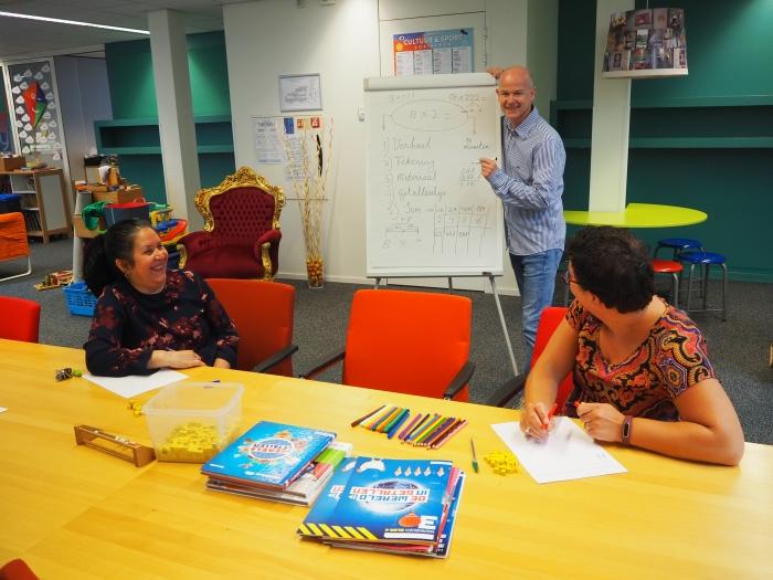 Onderwijsassistenten van Daltonschool de Poorter krijgen training van rekenspecialist Jeroen van der Jagt