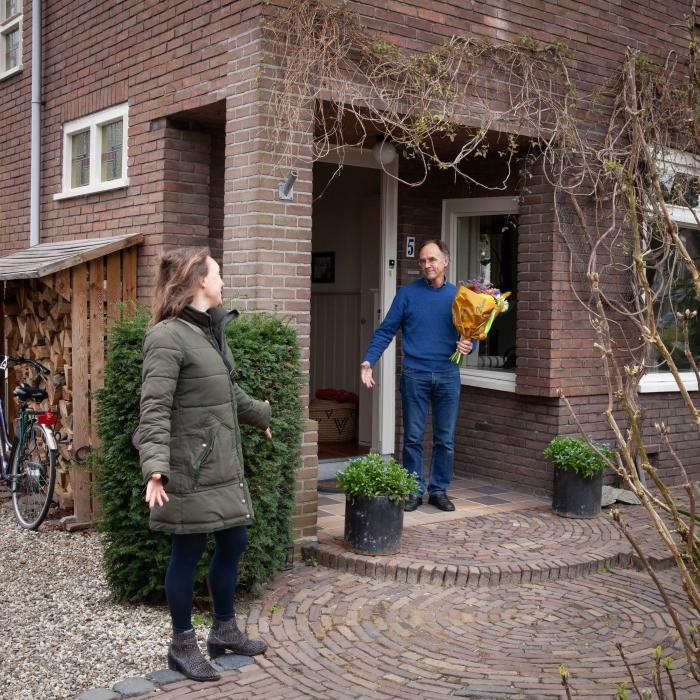 Paul Heijmerink krijgt bloemen