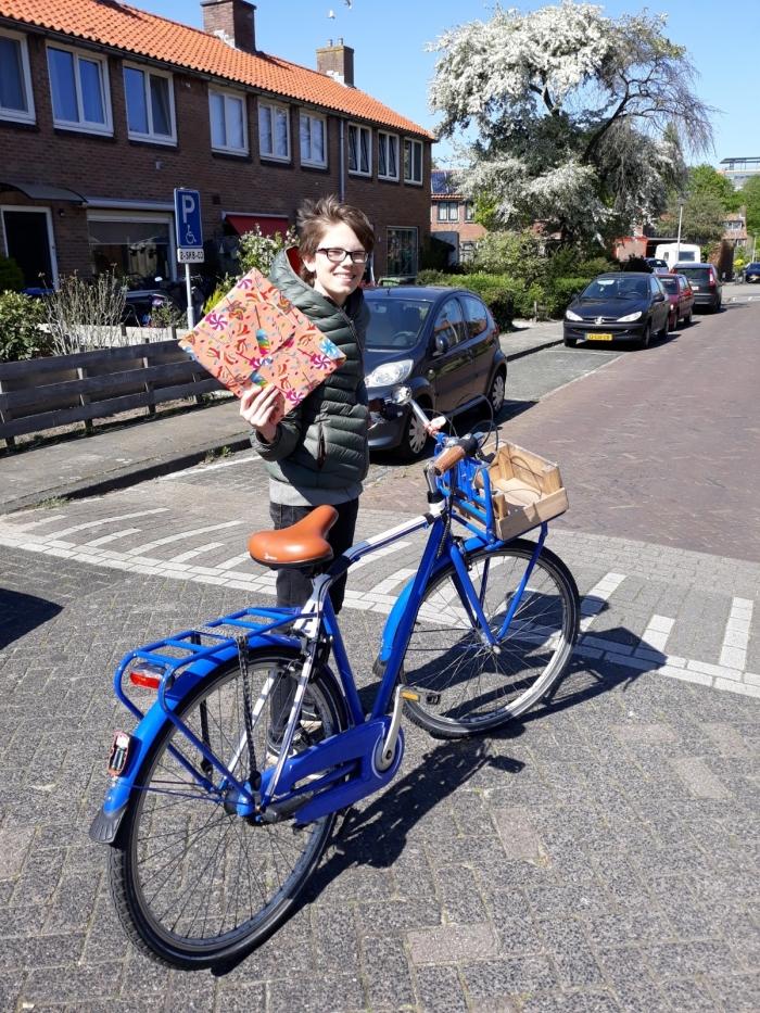 Vrijwillige tiener brengt boekenkado's rond. M.ter Maat © BDU media