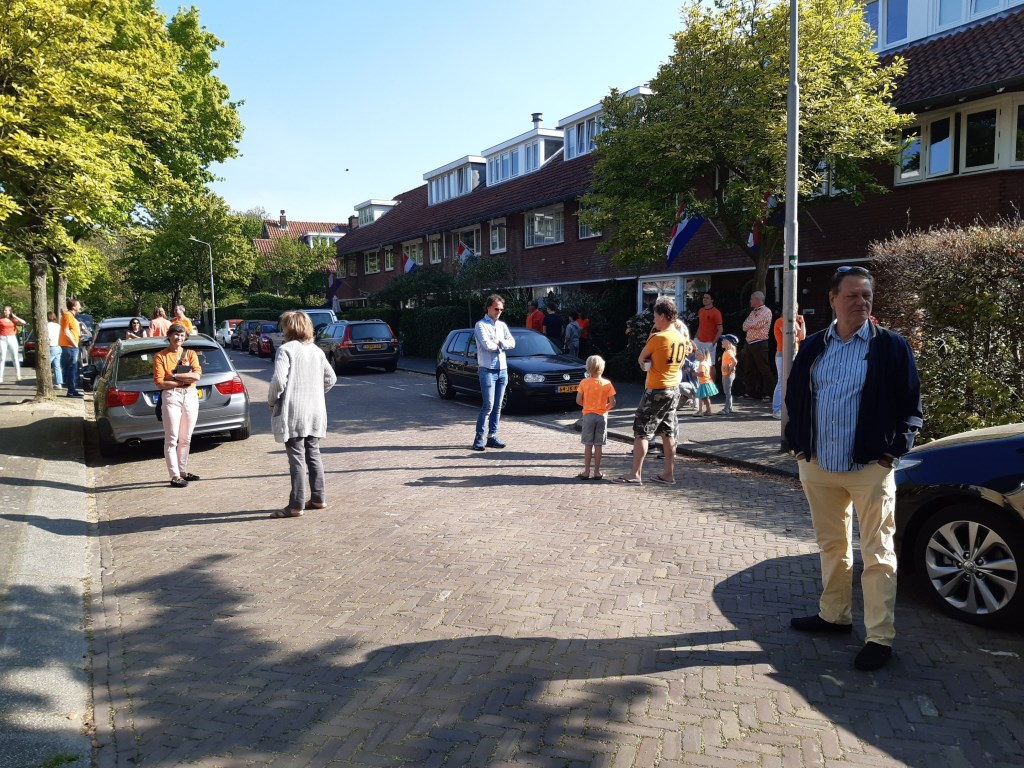 De buren in de Van der Veerelaan weten elkaar ook op Koningsdag te vinden, al is het wel op afstand.  Monique Sons © BDU media