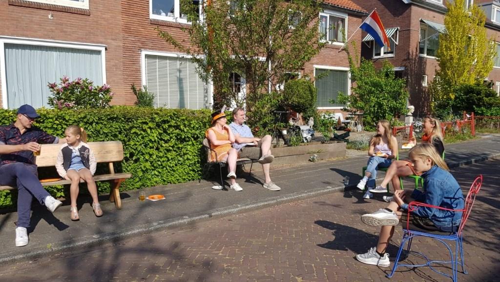 Na het zingen van het Wilhelmus maken buren in de Amstellandlaan het samen gezellig. Ineke Rood © BDU media