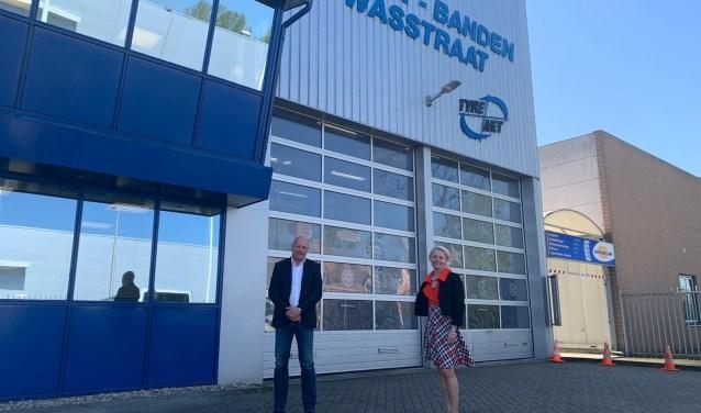 Wethouder Floor Gordon met Hayo van der Beek van Ultra Tyre, een van de bedrijven die gaan verhuizen.