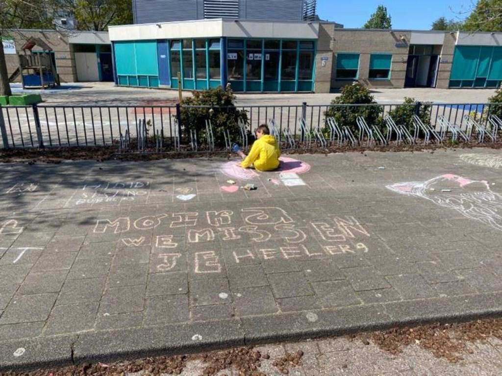 Op de stoep voor Basisschool Tabitha uitten kinderen hun verdriet met onder andere krijtteksten.   Ronald en Birgit Swint © BDU media