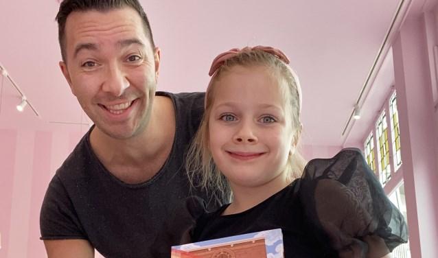 Arjan van der Sluis met dochter Emeli, voor wie hij het boek schreef.