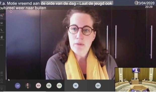 Raadslid Ingrid Zwaan tijdens de digitale raadsvergadering