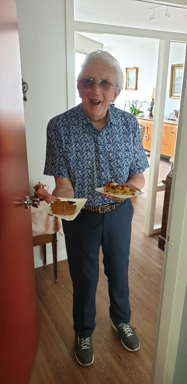Een bewoners van Hof van Sliedrecht werden verrast met heerlijke, ovenverse appeltaart.