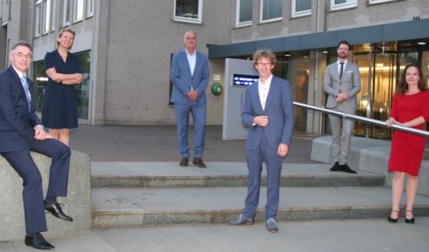 Van links naar rechts: burgemeester Isabella, gemeentesecretaris Barink, wethouder Van Dalen, wethouder Overweg, wethouder Bos en wethouder De Groot.