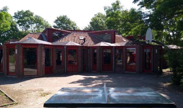Het karakteristieke gebouw van Montessorischool 't Ronde. De school wordt opgeknapt en uitgebreid.