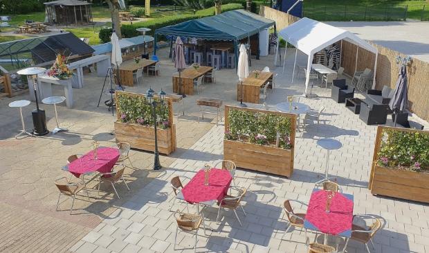 Op het terras van Sporthal De Slag is extra ruimte gecreëerd om aan de voorwaarden voor opening te kunnen voldoen.