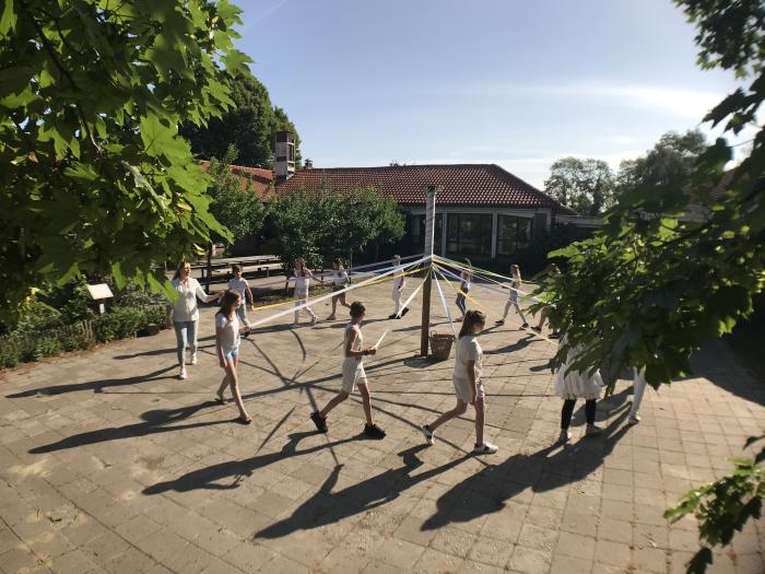 Groep 5 danst om de meiboom