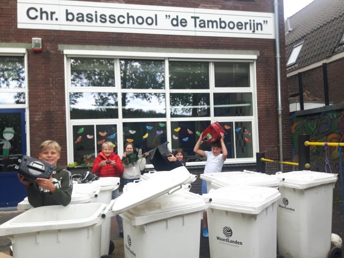Leerlingen van CBS De Tamboerijn verzamelen 'alles met een stekker eraan'