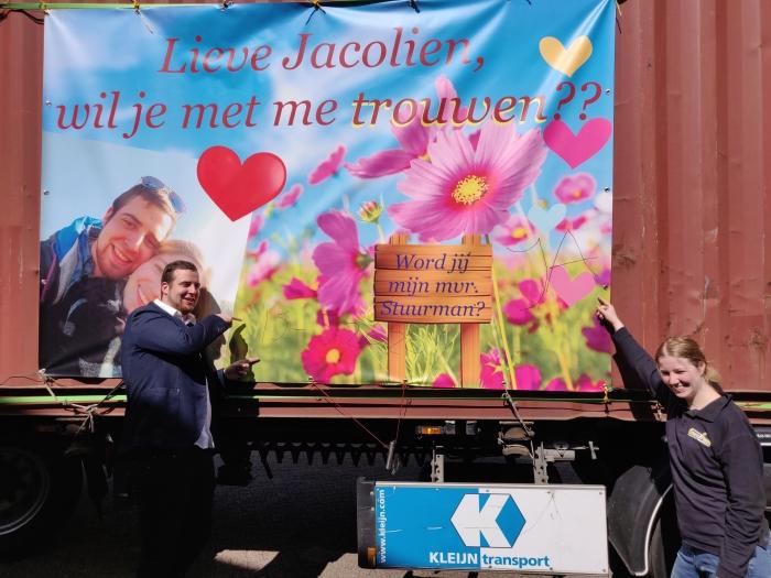 Jacolien en Carlo voor het spandoek Peter © BDU media