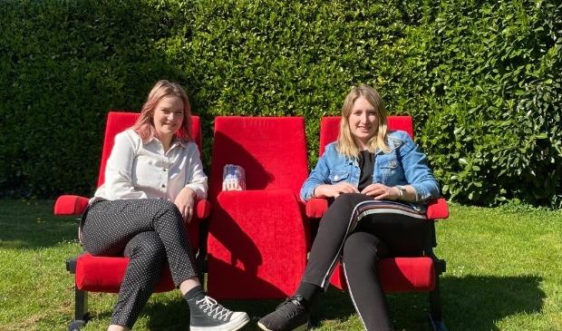 Stagiaires Julia en Mika werken aan 'coronaproof' concepten.