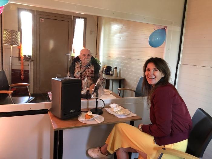 Sheila en haar opa in de Flexvisit bij Schoterhof PR Kennemerhart © BDU media