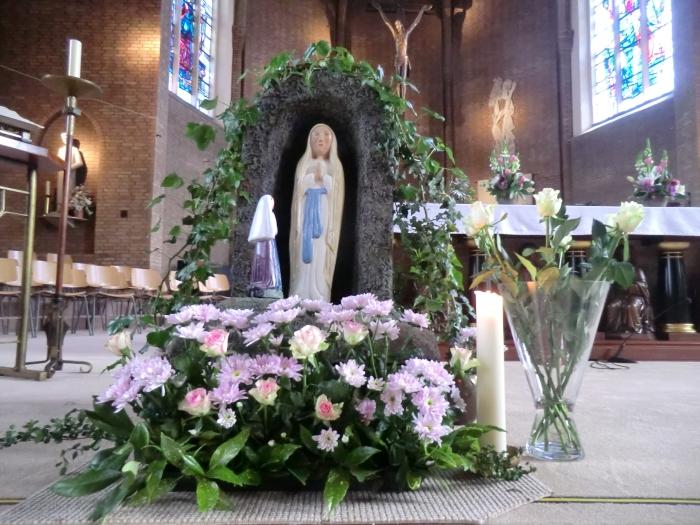Bloemenhulde aan Maria in de kerk GH © BDU media