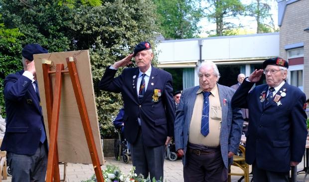 Van links naar rechts: Wil luitenant der 1e klasse, meneer Zilverberg, Jan van der Sande korporaal der 1e klasse.