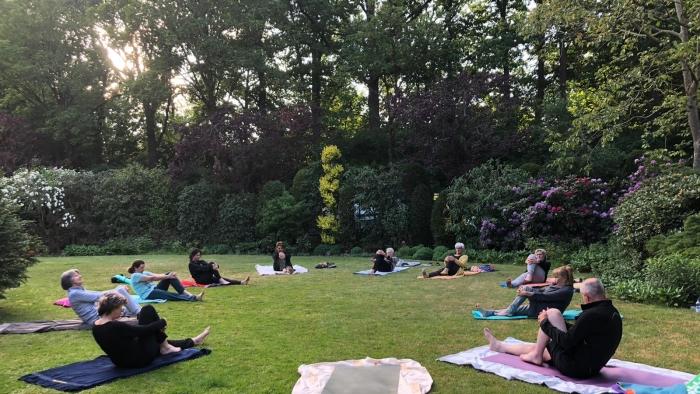 Yoga in de buitenlucht prikkelt de zintuigen!