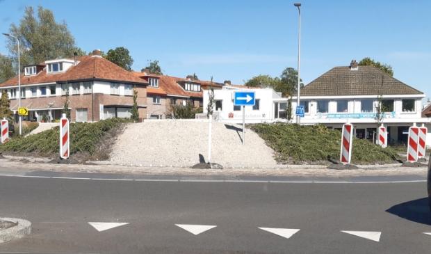De voltooiing van de rotonde laat nog even op zich wachten.