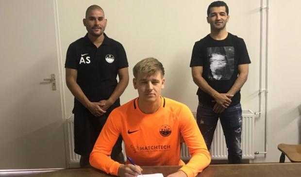 Van de Weerdhof tekende zijn contract blindelings.