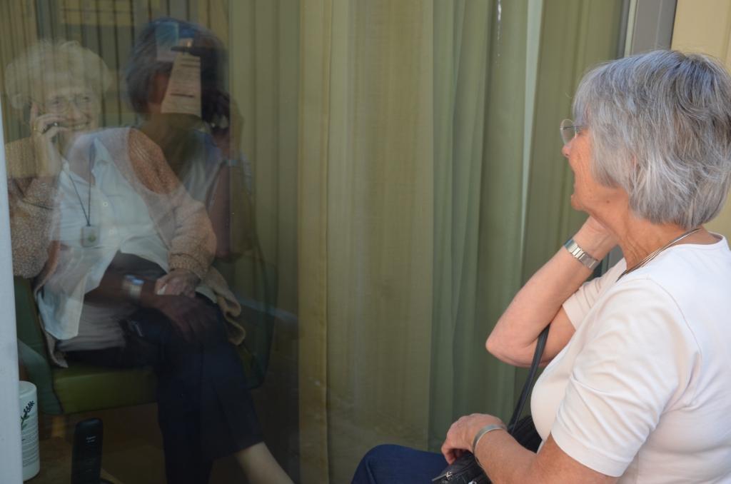 Mevrouw Van Eijk praat met dochter Anneke Ali van Vemde © BDU media