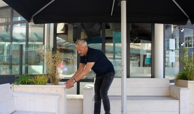 Jeroen Dammers van Jeroens Paviljoen kreeg van de gemeente toestemming om zijn terras te vergroten.