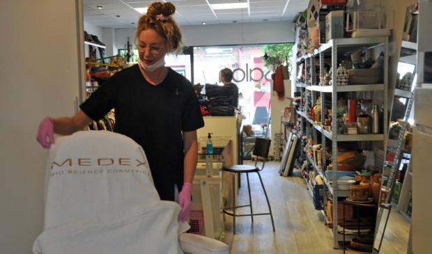 Naomi van der Linden treft de voorbereidingen voor de heropening van haar salon.