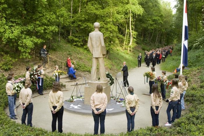 De Stille Tocht bij 'de Stenen Man' tijdens de dodenherdenking in 2009.