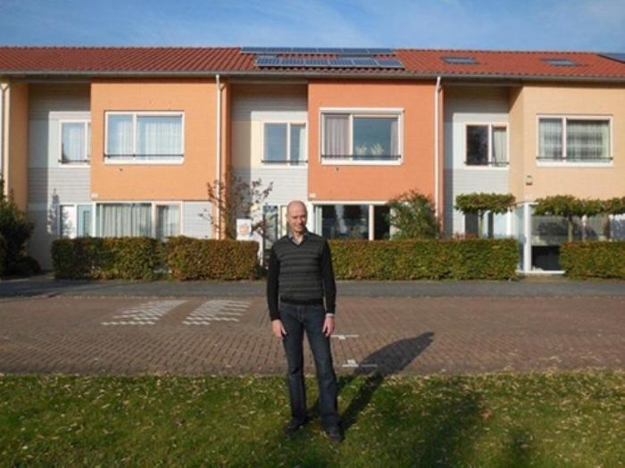 Huiseigenaar Anton Kiewiet voor zijn woning