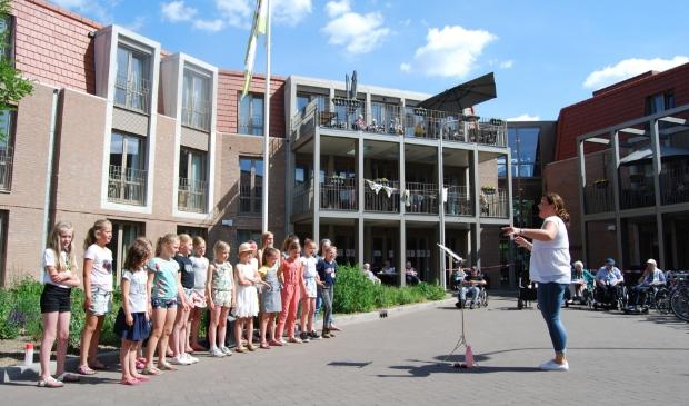 Een optreden van het koor bij woonzorgcentrum Klinkenberg in Ede.
