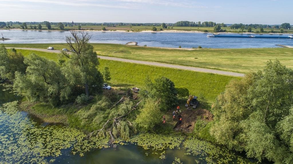 dinsdag 19 mei groef Waterschap Rivierenland in de Waaldijk nabij Dodewaard enkele gangen uit van een bever. Voor ingrepen als deze moet het nieuwe beverprotocol gaan gelden. Waterschap Rivierenland © BDU Media