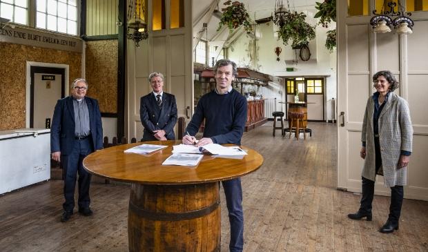 Namens de parochie: Pastoor E.R.T. Jongerden (voorzitter), de heer J.A. ten Rouwelaar (secretaris), namens Stadsherstel de heer M. van der Burght, namens de gemeente Ouder-Amstel wethouder cultureel erfgoed M. van der Weele.