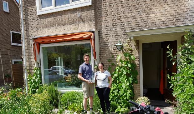 <p>Bewoners van de Oranjebuurt voor hun woning</p>