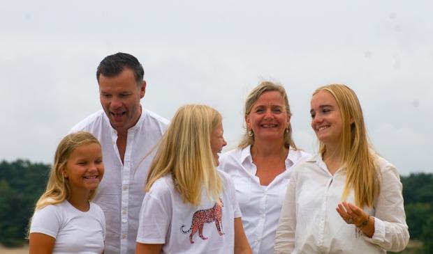 Daniëlle en Vincent Klabbers met hun drie dochters: 'We koken allemaal één dag.'