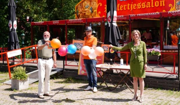 Wijnand Slokker, Dick Backer en burgemeester Joyce Langenacker bij de presentatie van het boekje.