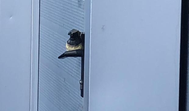 Een handgranaat aan de deurklink getapet.