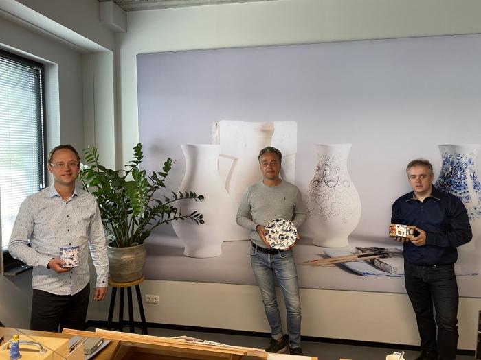 Marco en Dennis Dee en Jorrit Heinen tonen Heinen Delfts Blauw producten van de nieuwe spaaractie bij PLUS Dee supermarkt.