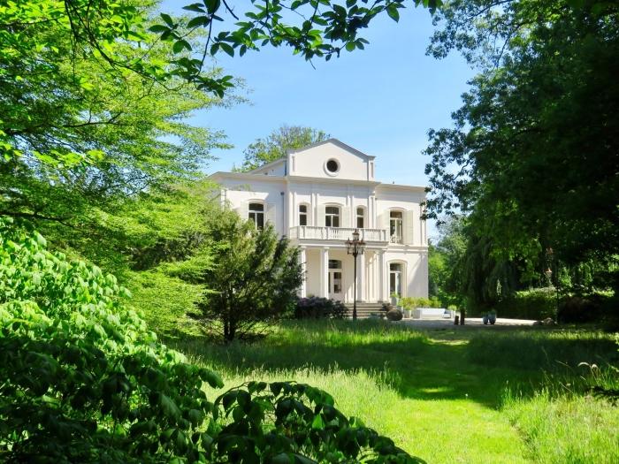 Achterzijde Landhuis waar zich de werkkamer, bibliotheek en expositie bevindt Onno Wijchers © BDU media